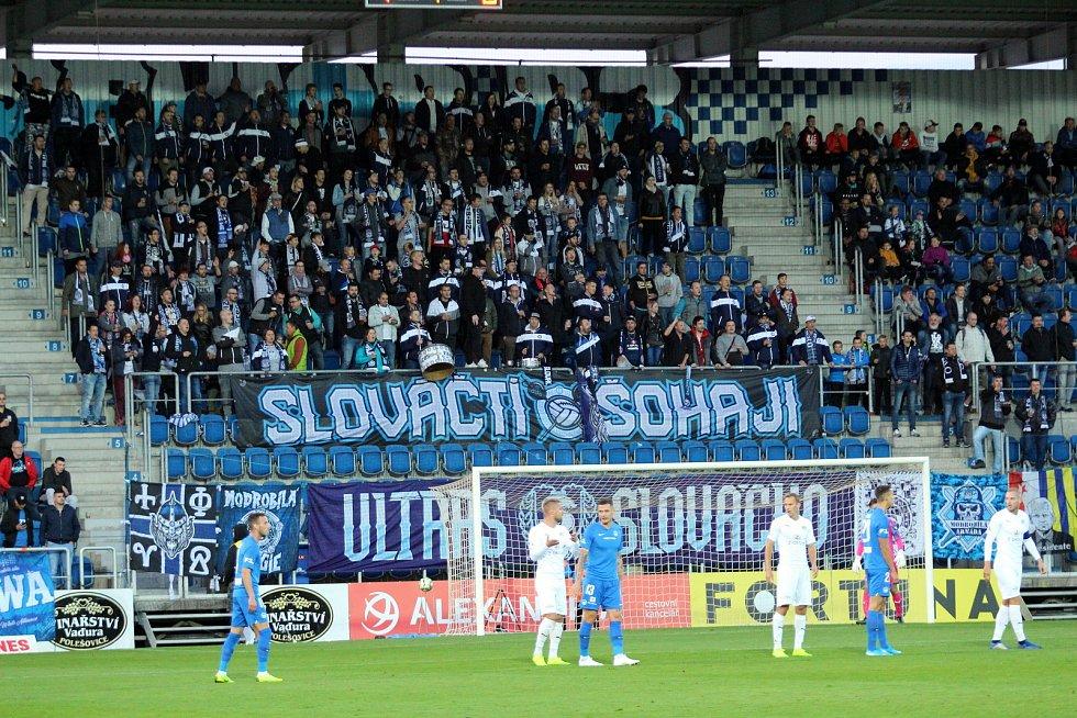 Fotbalisté Slovácka (v bílých dresech) v předehrávce 12. kola FORTUNA:LIGY hostili liberecký Slovan.