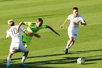 Fotbalisté Slovácka (v bílých dresech) si na pohárový souboj s Karvinou musejí počkat.