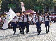 Průvod krojovaných vystartoval z Vinohradské ulice. Po dvoukilometrovém pochodu dorazili folkloristé na zaplněné Masarykovo náměstí.