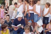 Děti se pravidelně schází na Mariánském náměstí, kde jim osobnosti čtou pohádky.