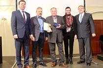 Josef Hapák (uprostřed) si v úterý 15. března převzal cenu Srdce pro region.
