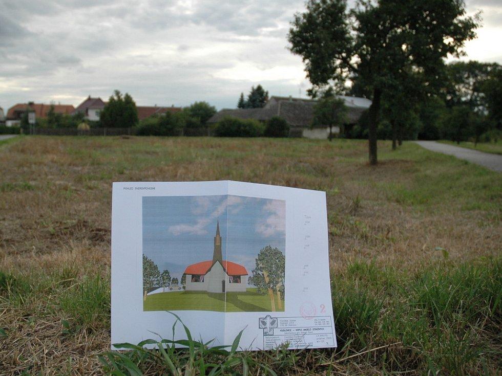Člen občanského sdružení Římskokatolická církev Kudlovice Marek Kryštof představil vizualizaci plánů nové kaple u místa, kde by měla stát.