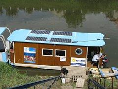 Z kroměřížského přístaviště včera poprvé vyplula loď na solární pohon.