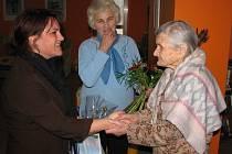 Marii Grebeníčkové přišly blahopřát k magickému jubileu Eva Hanáčková (zleva) a Jindřiška Maděrová (uprostřed).