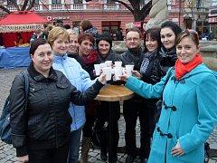 """Tradiční """"šéfredaktorský"""" vánoční punč na trzích v Uherském Hradišti v roce 2011."""