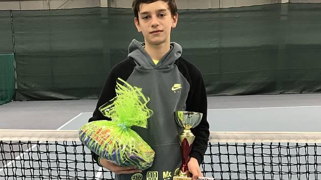 Tenista klubu Tenis Slovácko Josef Zapletal s trofejí za 2. místo na turnaji v Havířově.