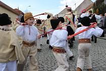 Sedm souborů a dvě stě účinkujících vystoupilo na hlavním programu Festivalu masopustních tradic FAŠANK 2017 ve Strání.