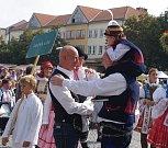 Průvod krojovaných vystartoval z Vinohradské ulice. Po dvoukilometrovém pochodu dorazili folkloristé na zaplněné Masarykovo náměstí. Ivo Valenta se vítá s Petrem Gazdíkem. Oba v doprovodu svých synků.