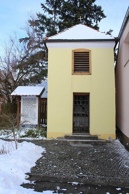 Hostějov se sněhovou pokrývkou. Kaplička Panny Marie pomocnice křesťanů se zvonicí.