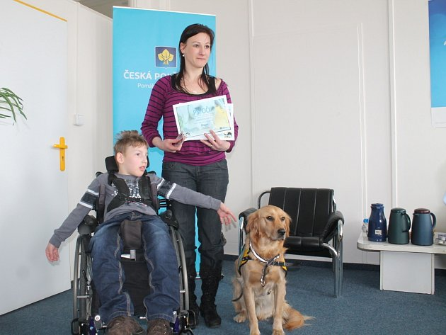 Lukáš Podolan, matka Andrea a nový člen rodiny pes Max.