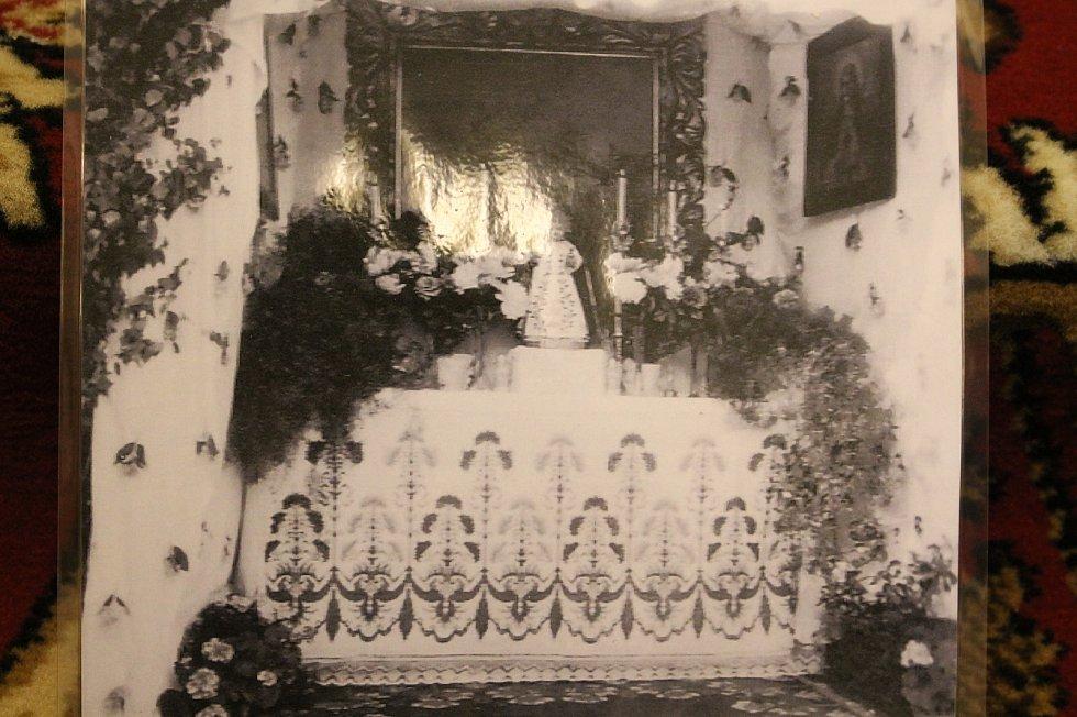 Otevření památných domků na Slovácku 27. - 28.6. 2020.Muzeum Huštěnovice. Replika starodávného oltáře. Fotografie původního oltáře.