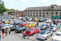 V Kovozoo zaparkovalo pětašedesát vozů značky Porsche.