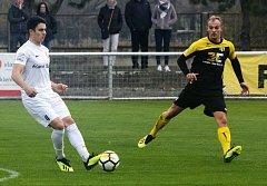 Fotbalisté Strání (ve žlutých dresech) remizovali v Lanžhotě 2:2.
