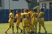 Fotbalisté Strání (žluté dresy) pod novými trenéry zvítězili.