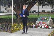 S dvoudenním předstihem, v pátek 9. listopadu si u památníku na Komenského náměstí v Uherském Hradišti připomněli studenti tamního gymnázia včetně jeho vedení a představitelů místní radnice Den veteránů.