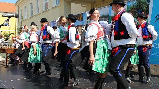 Na Slováckých slavnostech vína se představil i mikroregion Dolní Poolšaví v parku před uherskohradišťskou obchodní akademií.