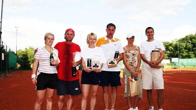 Na první tři páry (vítězové jsou uprostřed) čekala odměna v podobě hodnotných cen.