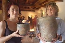 Výstava Sto let archeologie na Modré, 1911–2011. V  rukou konzervátorek Slováckého muzea Petry Bitnerové a Ludmily Štefánkové nádoby z 9. a 10. století .