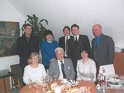 TOMÁŠ BAŤA. Syn zakladatele firmy Baťa Tomáš Baťa mladší navštěvoval Dolní Němčí v 90. letech minulého století pravidelně. Na snímku z roku 1999, kdy zavítal spolu s šéfy své filiálky v Dolním Němčí na místní obecní úřad. Fotil se s jeho zaměstnanci i ved