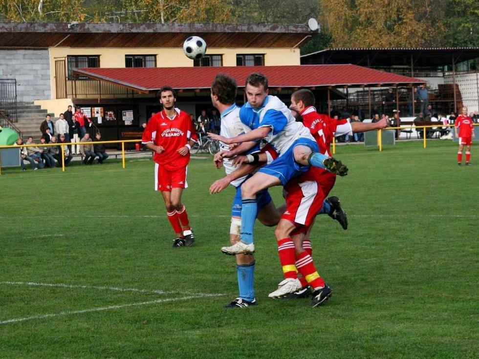 V derby utkání I. B třídy sk. C mezi Ostrožskou Lhotou a béčkem Hluku uspěli hosté, kteří si odvezli všechny body za výhru 3:1.