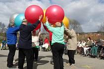 Klienti předvedli ukázku cvičení s balony.