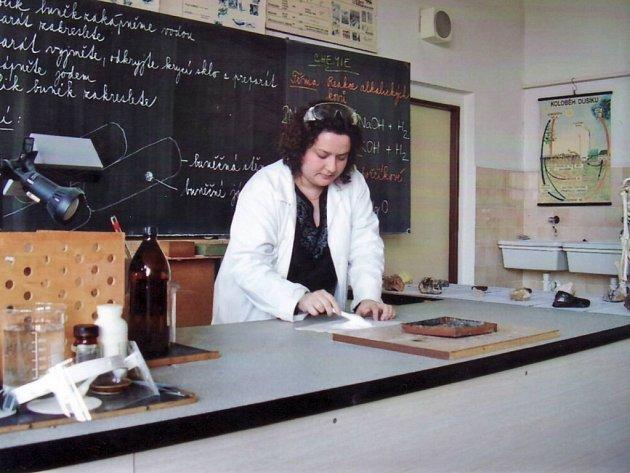 V profesním životě je ale učitelkou chemie, biologie a informatiky na základní škole v Kunovicích.