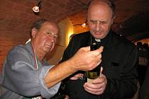 Nalévač Josef Kadlčík nabídl arcibiskupu Graubnerovi jedno z kolekce vítězných vín.