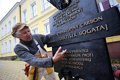 Instalace pamětní desky  generála Františka Bogataje na Základní školu v Ostrožské Lhotě.