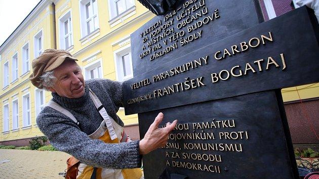 Instalace pamětní desky  generála Františka Bogataje