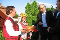 Ministr zemědělství Petr Gandalovič byl v Brestovici, kde působí vinařská firma Todoroff, přivítán stylově – vínem a chlebem.