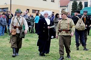 PIETA I BOJOVÉ UKÁZKY. Rok co rok se koná ve Vápenicích pietní akce, ale poprvé za 74 let viděli lidé přestřelky mezi Němci, partyzány a rumunskými vojáky.