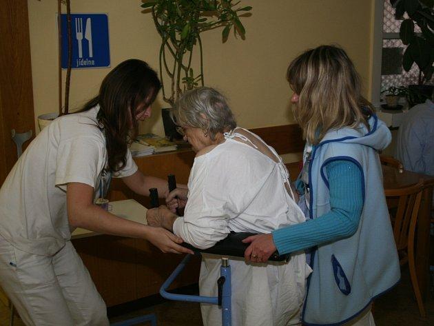Špatně chodící pacientce Gerontologického centra musely včera takovýmto způsobem pomáhat v cestě na pokoj hned dvě zdravotní sestry.