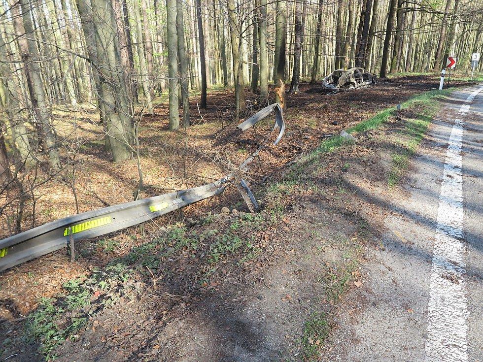 Jízdu Audi S7 tam nezvládla u Starých Hutí třiadvacetiletá řidička, která nepřizpůsobila rychlost jízdy, dostala smyk a přejela do protisměru, kde prorazila svodidla, vjela do lesa a narazila do stromu. Poté vůz začal hořet a sním i okolní stromy.