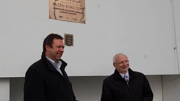 Pamětní desku na objekt aquaparku v Uherském Hradišti odhalili starosta Květoslav Tichavský a místostarosta Blaha.