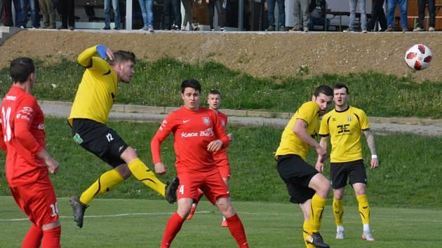 Fotbalisté Strání (ve žlutých dresech) ve vloženém 30. kole Divize D zdolali Lanžhot 1:0.