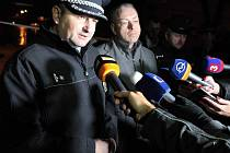 Policejní zásah po střelbě v restauraci Družba v Uherském Brodě. Zleva: policejní preziden Tomáš Tuhý a ministr vnitra Milan Chovanec.