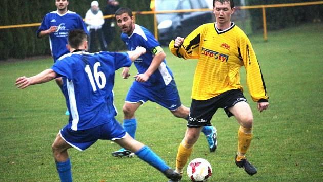 Jalubí (v tmavém) oplatili v předehrávaném 14. kole okresního přeboru rivalovi ze Sušic porážku z úvodu sezony. Zvítězili stejným poměrem, tedy 1:0.