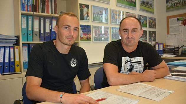 Fotbalisty Slovácka posílil útočník Pavel Dvořák, který přichází na hostování z Olomouce. Na snímku s ředitelem klubu Petrem Pojezným (vpravo).