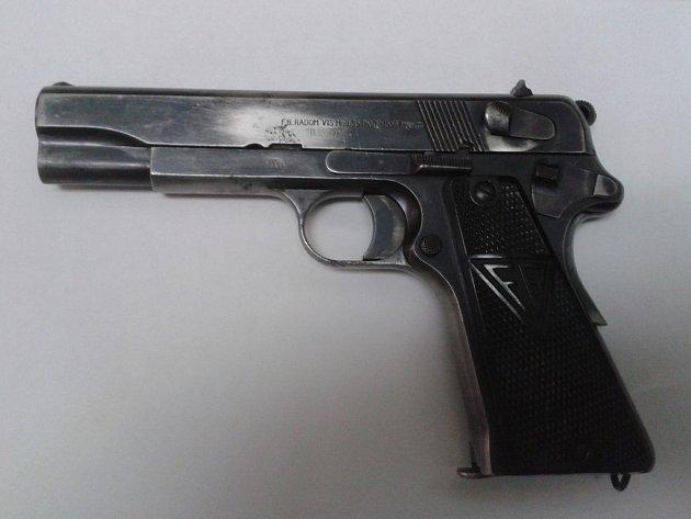 Jednou z odevzdaných zbraní v rámci amnestie byla také devítimilimetrová vojenská pistole Parabellum, opatřená nacistickým ověřovacím znakem, která v minulosti patřila některému z nacistických důstojníků.