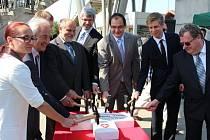 V Uherském Brodě ve středu 4. června symbolickým poklepáním na základní kámen za účasti švýcarských partnerů slavnostně začaly práce na novém dopravním terminálu.