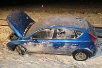 Kvůli sněžení skončil mimo vozovku také řidič mezi Uherským Brodem a Polichnem.
