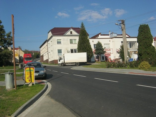 Řidiči kamionů a nákladních vozidel si sice cestu přes Boršice zkrátí. To, že tím ale poškozují obecní majetek, je příliš nezajímá.