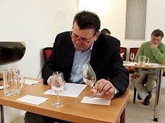 K hodnocení 81 vzorků vín zasedli degustátoři v sále Velehradského domu svatých Cyrila a Metoděje.