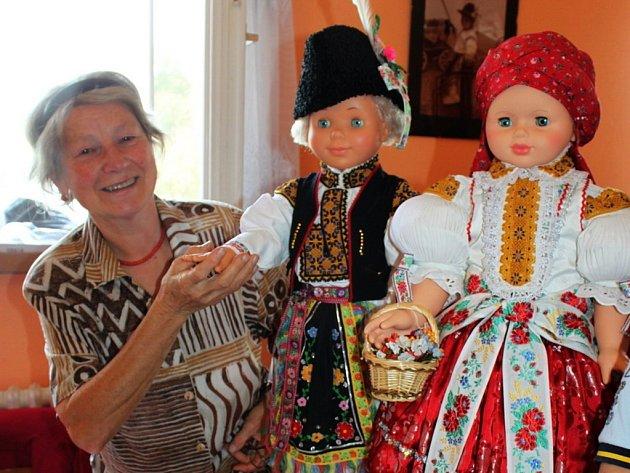 S vkusem a citem přistupuje k šití a vyšívání slováckých krojů na děti sedmašedesátiletá Anna Heliová z Tupes.
