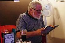 Více než hodinu četl publicista, spisovatel a někdejší šéfredaktor Slováckých novin Jiří Jilík v zaplněném uherskobrodském Cafe Clubu v pátek 24. července večer ukázky ze své nové humorně laděné knihy U nás na Slovácku.