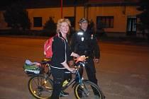 Cyklisté v Uherském Hradišti dostali za správné vybavení bicyklů dárek v podobě reflexní vesty.