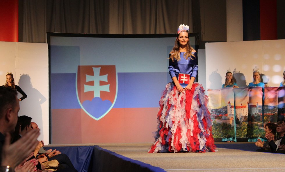 Česko Slovenský adventní večer návrhářky Marie Zelené v sobotu 8. prosince dvakrát zaplnil sportovní halu v Ostrožské Nové Vsi.