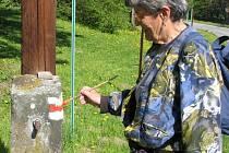 Eva Hohausová nachodí při obnovování značek až osm set kilometrů ročně.