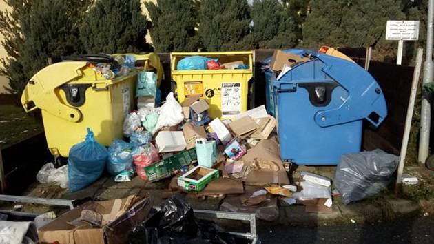 Takto to v současné době vypadá u kontejnerů v několika částech Uherského Hradiště.