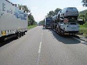 Hromadná srážka auta a kamionů ochromila na tři hodiny dopravu